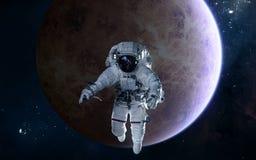 Astronaut auf Hintergrund von Venus Fokus ein: Ausschnitts-Pfad Erdevenus-MercuryWith Zukunftsromane stockfotografie