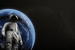 Astronaut auf Raumfahrtmissionsfliegen um unseren blauen Planeten Erde auf Hintergrund kosmos Abbildung 3D Lizenzfreie Stockbilder