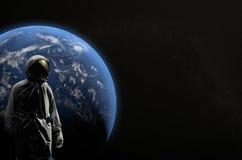 Astronaut auf Raumfahrtmissionsfliegen um unseren blauen Planeten Erde auf Hintergrund kosmos Abbildung 3D Lizenzfreie Stockfotos