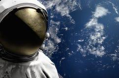 Astronaut auf Raumfahrtmissionsfliegen um unseren blauen Planeten Erde auf Hintergrund kosmos 3d übertragen Lizenzfreies Stockfoto