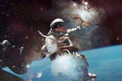 Astronaut bij spacewalk Schoonheid van diepe ruimte stock afbeelding