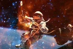 Astronaut bij spacewalk Schoonheid van diepe ruimte royalty-vrije illustratie