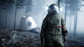 Astronaut in de de bosvrees en verschrikking van de mistnacht landende plaats 4K animatie het 3d teruggeven Royalty-vrije Stock Foto