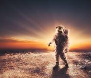 Astronaut, der auf einen nicht erforschten Planeten geht Stockfotografie