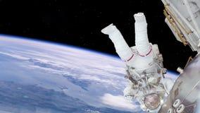 Astronaut, der an Raumstation über der Erde arbeitet stock abbildung