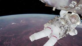 Astronaut, der an Raumstation über der Erde arbeitet lizenzfreie abbildung