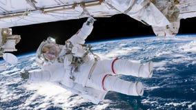 Astronaut, der an Raumstation über der Erde arbeitet Astronaut Spacewalk, seine Hand im offenen Raum wellenartig bewegend lizenzfreie abbildung