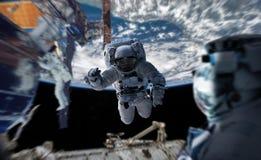 Astronaut die aan een ruimtestation 3D teruggevende elementen werken van Th Royalty-vrije Stock Fotografie