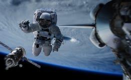 Astronaut die aan een ruimtestation 3D teruggevende elementen werken van Th Stock Afbeelding