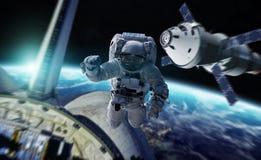 Astronaut die aan een ruimtestation 3D teruggevende elementen werken van Th Stock Afbeeldingen