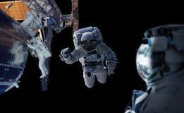 Astronaut die aan een ruimtestation 3D teruggevende elementen werken van Th Stock Fotografie