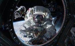 Astronaut die aan een ruimtestation 3D teruggevende elementen werken van Th Vector Illustratie