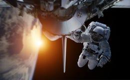 Astronaut die aan een ruimtestation 3D teruggevende elementen werken van Th Royalty-vrije Illustratie