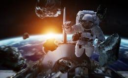 Astronaut die aan een ruimtestation 3D teruggevende elementen werken van Th Stock Illustratie