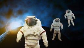 Astronaut die aan ruimte met zonlicht werken met aarde en kosmos stock foto's