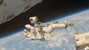 Astronaut die in diepe ruimte werken vector illustratie