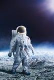 Astronaut die op de maan loopt stock foto