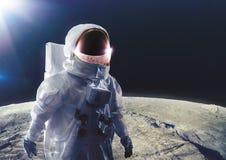 Astronaut die op de maan loopt royalty-vrije stock afbeelding