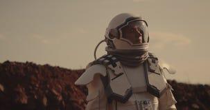 Astronaut die rond op Mars kijken stock video