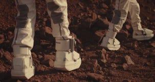 Astronaut die rots op Mars onderzoeken stock footage