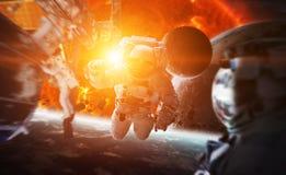 Astronaut die in ruimte 3D teruggevende elementen van dit beeld drijven Royalty-vrije Stock Afbeeldingen