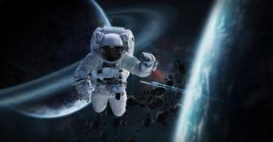 Astronaut die in ruimte 3D teruggevende elementen van dit beeld drijven Stock Foto's