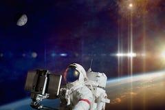Astronaut die selfie foto in ruimte op baan van aarde neemt stock afbeelding