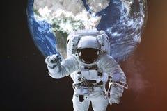 Astronaut in einer Front des Erdplaneten lizenzfreies stockfoto