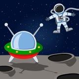 Astronaut- & främlingrymdskepp på månen Royaltyfri Fotografi