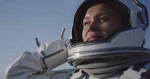 Astronaut het openen helm op Mars stock videobeelden