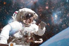Astronaut i djupt utrymme Beståndsdelar av denna avbildar möblerat av NASA arkivfoton