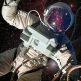 Astronaut i yttre rymd med galaxreflexion på hjälmen royaltyfri fotografi