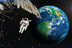 Astronaut i yttre rymd mot bakgrunden av planetearten arkivfoton
