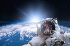 Astronaut i yttre rymd på bakgrund av jorden vektor illustrationer