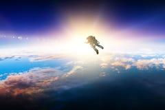 Astronaut im Raum auf Planetenbahn lizenzfreies stockfoto