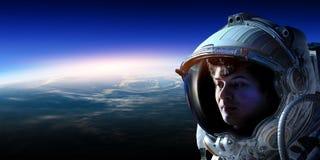 Astronaut im Raum auf Planetenbahn lizenzfreie stockbilder