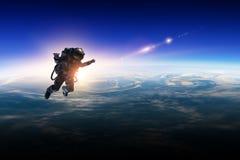 Astronaut im Raum auf Planetenbahn lizenzfreies stockbild