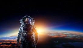 Astronaut im Raum auf Planetenbahn stockbilder