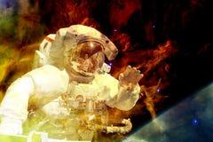 Astronaut im Weltraum Elemente dieses Bildes geliefert von der NASA lizenzfreies stockfoto