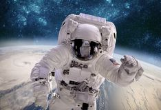 Astronaut im Weltraum gegen den Hintergrund des Planet eart lizenzfreie stockfotografie