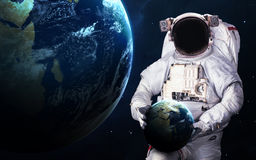 Astronaut im Weltraum spacewalk Elemente dieses Bildes geliefert von der NASA lizenzfreie stockbilder