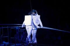 Astronaut klätt aktörjämviktsSimet hjul under Ringling Arkivbild