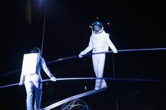 Astronaut klätt aktörjämviktsSimet hjul under Ringling Royaltyfri Fotografi