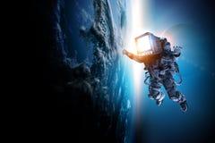Astronaut mit Fernsehkopf im Raum Gemischte Medien lizenzfreie stockfotos