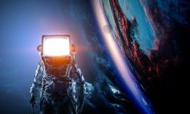 Astronaut mit Fernsehkopf im Raum Gemischte Medien lizenzfreie stockfotografie