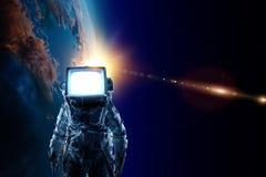 Astronaut mit Fernsehkopf im Raum Gemischte Medien stockbilder