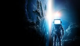 Astronaut mit Fernsehkopf im Raum Gemischte Medien stockfotografie