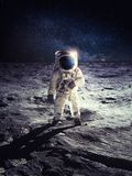 Astronaut oder Raumfahrer, die auf Mondoberfläche stehen stockfoto