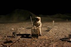Astronaut oder Raumfahrer, die an Mond arbeiten Lizenzfreies Stockbild
