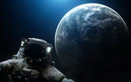 Astronaut op de achtergrond van een exoplanet in koude lichte Diepe ruimte De elementen van het beeld worden geleverd door NASA Stock Foto
